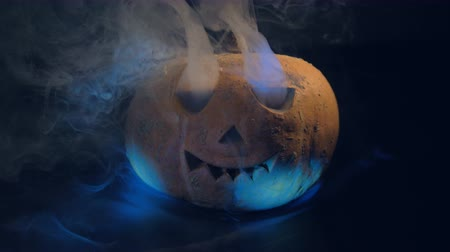 esculpida : Terrifying pumpkin with smoke, close up.