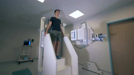 сканер : Person under X-Ray Scanner procedure. Стоковые видеозаписи