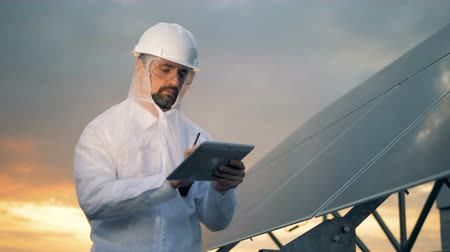 возобновляемый : Working engineer on a rooftop, close up. Innovative industry concept.