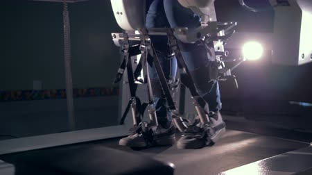 rehabilitasyon : Patients legs are slowly moving along the mobility simulation device