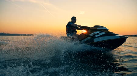 rukojeť : Jet-skiing process of a man during beautiful sunset