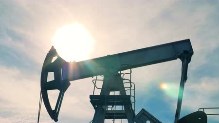 producing energy : Oil derrick in the process of extracting petrol Stock Footage