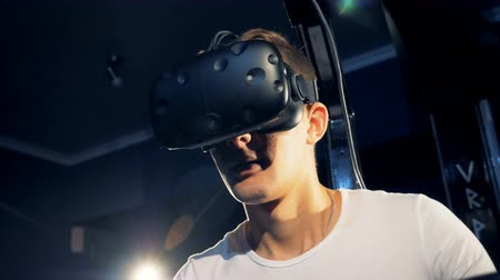 робот : Virtual reality gaming concept. Scared person in VR glasses, close up.