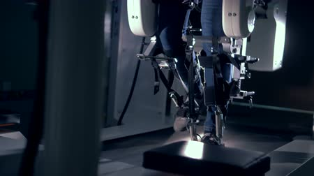 подопечный : Orthopaedic machine working in a room, close up. Стоковые видеозаписи