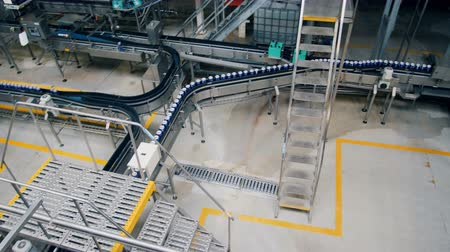 konzervipar : Top view of a beer-producing facility with moving conveyor belts