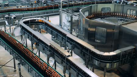 paketleme : Industrial conveyors transporting beer bottles made of glass