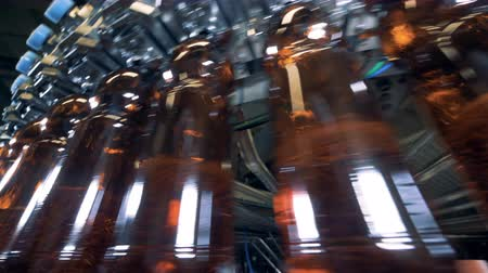 пивоваренный завод : Brewery machine filling many plastic bottles, close up.