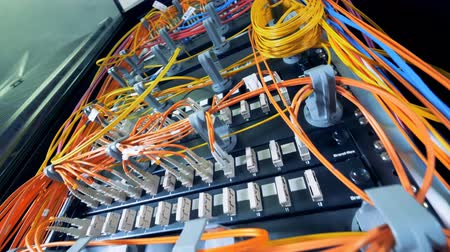 ellátó : Multicolour cables connected to multiple servers
