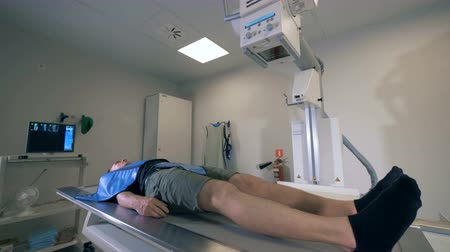 radioaktivní : One man undergoing scanning in a hospital room, close up. Dostupné videozáznamy