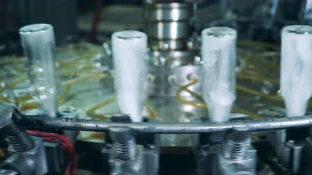 moldagem : Revolving conveyor and sterilization of empty glass bottles Stock Footage