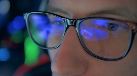 atirador : Close up of gamers glasses with a videogame reflecting in them