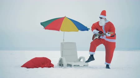 gitáros : One Santa playing guitar in a cold, close up.