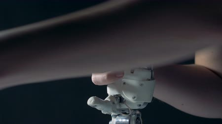 premente : A person fixes bionic hand, close up.