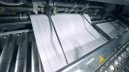 nakladatelství : Issuing of printed paper onto the rolling conveyor