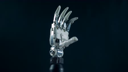 automatický : Bionic hand works automatically, close up.