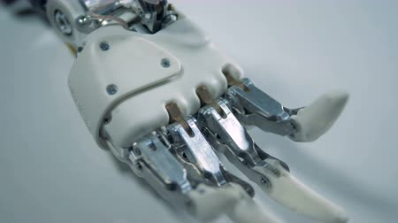 робот : White surface with a motionless robotic arm on it Стоковые видеозаписи