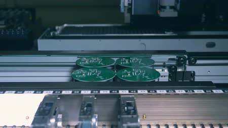 конденсатор : Electronic boards are getting assembled by an industrial machine Стоковые видеозаписи