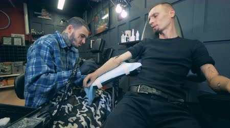 sentetik : Tattooing of a man with an artificial hand