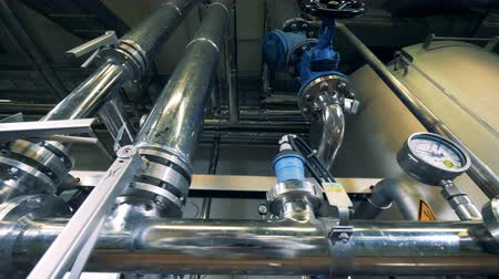 kelder : Pressure system of a distillery unit with pipes and gauges