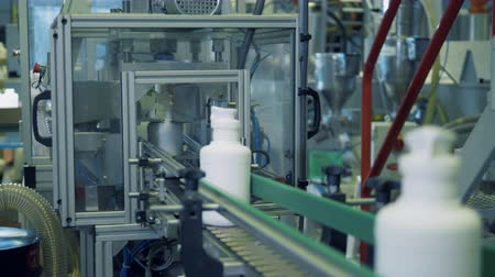 sterilità : White bottles with chemicals on a factory conveyor, automatic technology. Filmati Stock