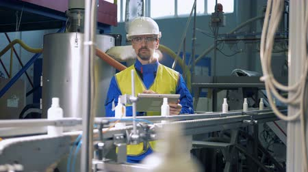 overall : Professional engineer checking work of automated conveyor, factory machine. Stock Footage