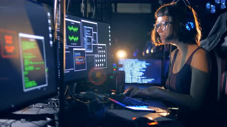 roubo : Young lady in the process of hacking servers Stock Footage