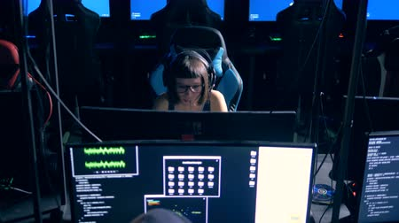 украсть : Two hackers are sitting in front of monitors and working