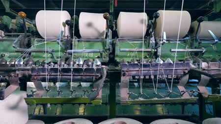 automatický : Factory equipment coils threads onto big clews automatically. Dostupné videozáznamy