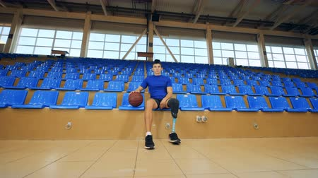 amputee : Basketball player with a bionic leg prosthesis, disabled sportsman. Stock Footage