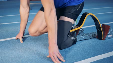 paralympic : Person with artificial leg starts to run on a track, bionic prosthesis. Stock Footage