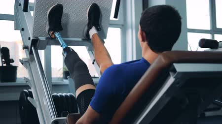 amputee : A person training with gym equipment while wearing bionic prosthesis.