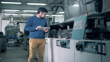 nakladatelství : Male specialist is observing working process of a paper processing machine Dostupné videozáznamy