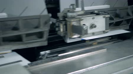 nakladatelství : Paper covers are getting sticked to the parts of a moving machine