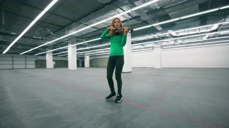 orchestre : Violin player performing in an empty offcie room.
