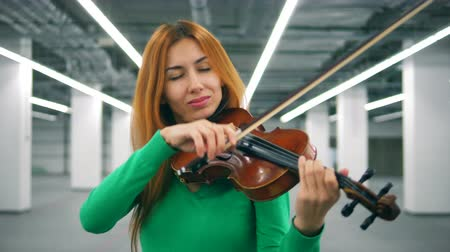 orchestre : Female violin player performs in an empty room. Vidéos Libres De Droits