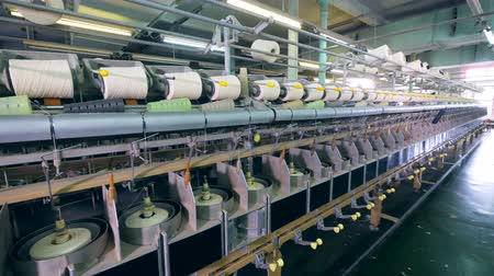 laminoir : Premises of textile factory with spools getting unwound Vidéos Libres De Droits