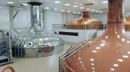 maltês : Beer production in a modern facility with metal containers. Stock Footage