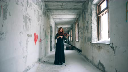 orchestre : Rundown corridor with a female violin-player
