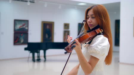 vokální : Redhead lady in a white dress is playing the violin Dostupné videozáznamy