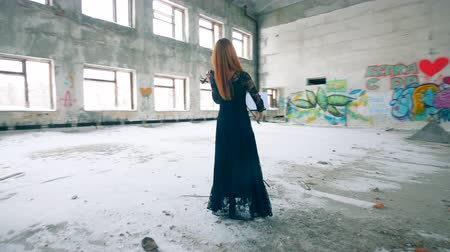 граффити : A lady is playing the violin in an empty building with graffiti walls Стоковые видеозаписи