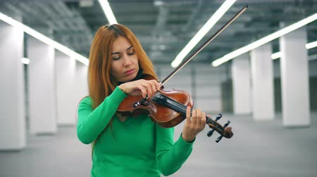 hegedűművész : Lady violinist is skillfully playing the instrument
