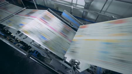 impressão digital : Automated conveyor moving newspaper in a printing office, typography facility.