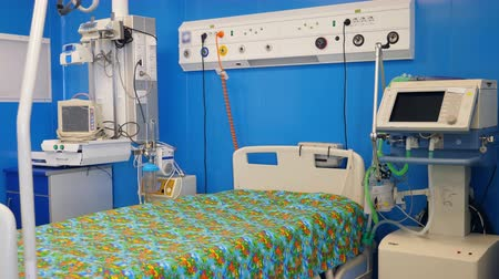 karetka : Monitors and a bed located in the medical room