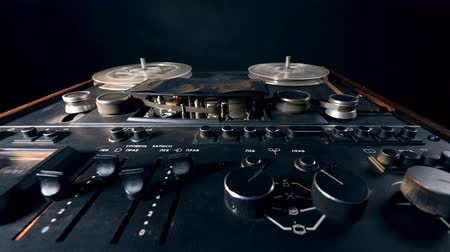 gravador : Rewind on the reel recorder is getting launched