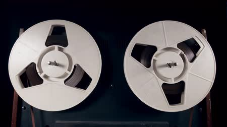 akusztikus : Reels are slowly spinning with tape on them