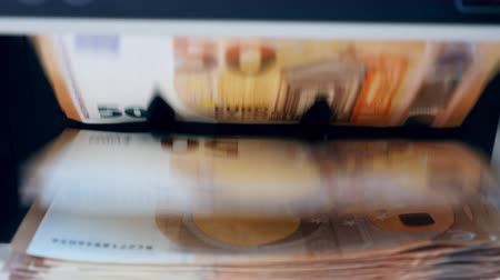 automatický : Euro bills are getting counted mechanically