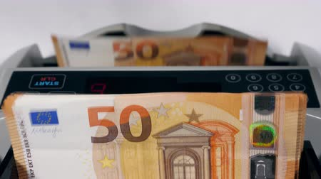ötvenes : Fifty-euro banknotes are getting put into the machine and counted