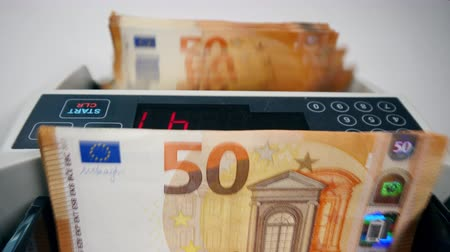 empilhados : Device is calculating a stack of euro bills