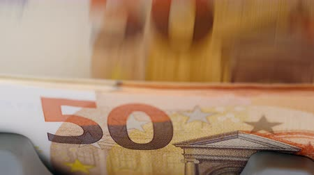 automatický : Fifty-euro bills are getting counted automatically