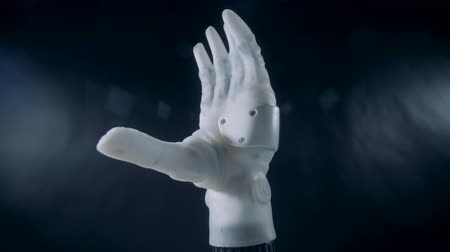 automatický : White hand bends fingers automatically, close up. Dostupné videozáznamy